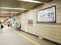 上沢駅改札前に看板あり